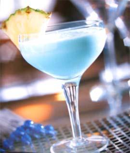 Взбить в блендере колотый лёд, белый ром (3 части), ликер Blue Curasao...