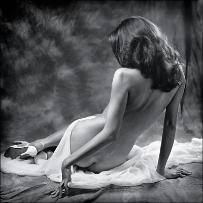 Черно белое фото девушек с голой спиной