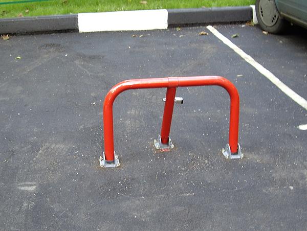Незаконное приватизирование парковочного места во дворе этой