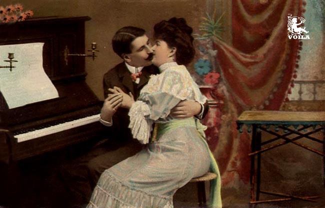 Две целующиеся между собой девушки