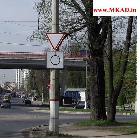 Уступи дорогу, Круговой перекресток на пересечении с Силикатной улицей