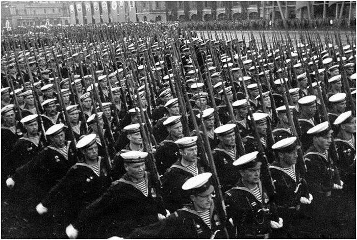 Колонна моряков десантников и