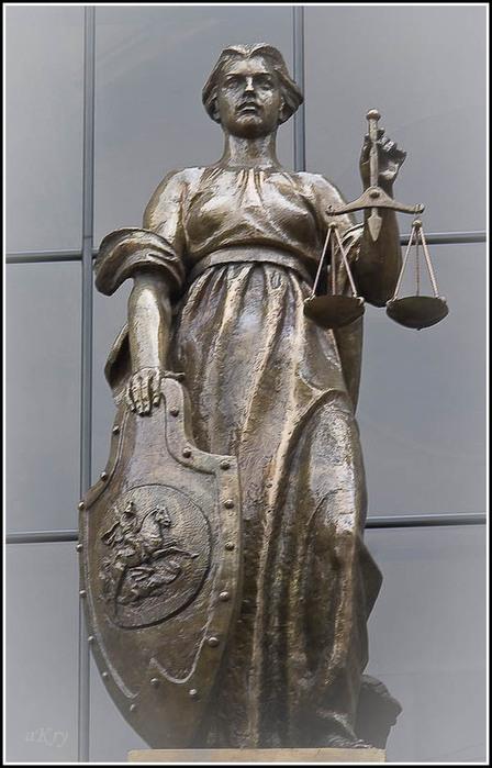 Зрячая Фемида на здании Верховного Суда РФ