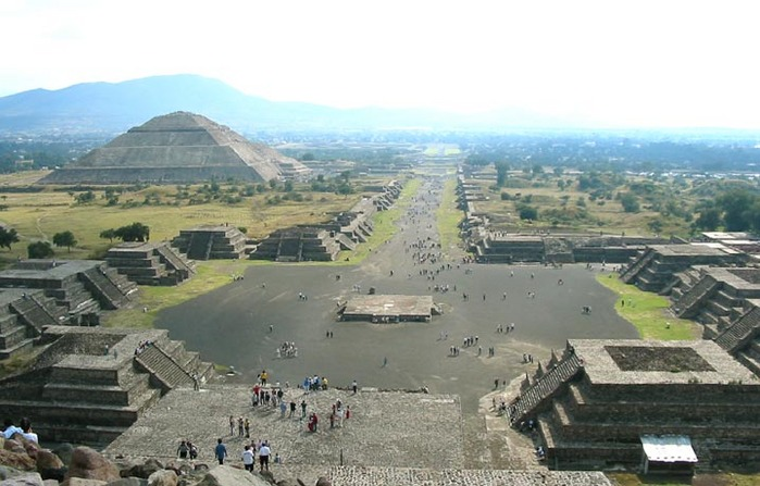 Теотиуакан. Вид с пирамиды Луны.