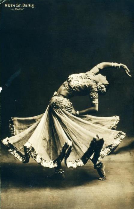 """...за своего партнера по гастролям Теда Шоуна, и и 1915 они основали труппу  """"Денишоун """" и школу танца в Лос-Анджелесе."""