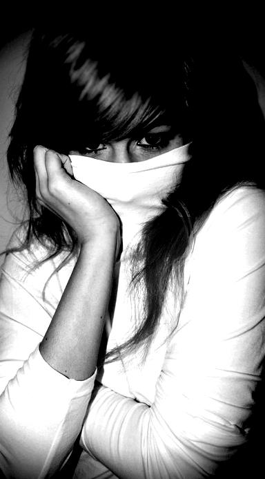 картинки девушек брюнеток с челкой: