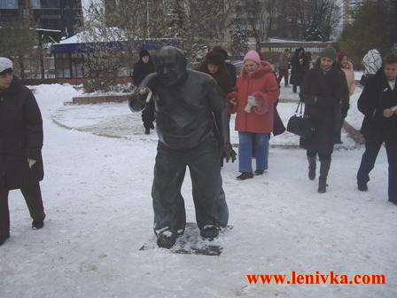 Мосфильм : памятник Леонову