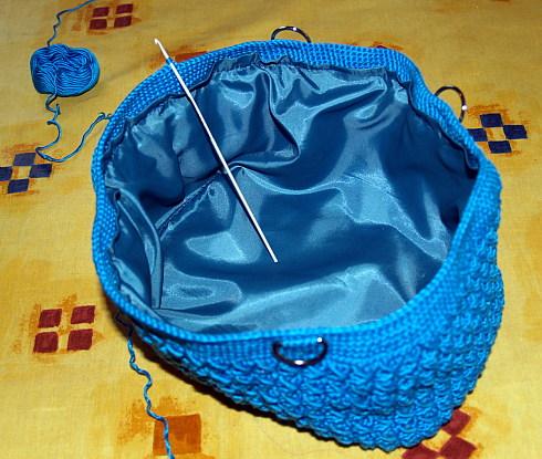 ...центр заправляем внутрь сумочки и подшиваем - придали сумочке форму.