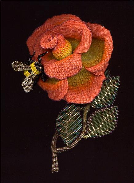 Очень натуралистичные цветы (особо отозвавшиеся в моей душе), и насекомые.  Мастерица считает, что работа с бисером...