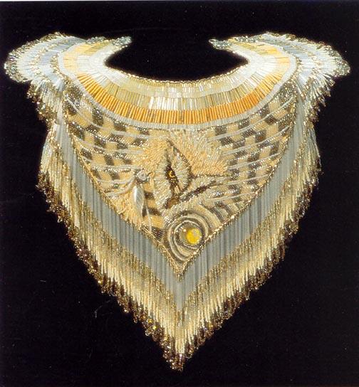 Хейди Куммли живет и творит в Америке, штат Колорадо, занимается бисером с 1975 года. .