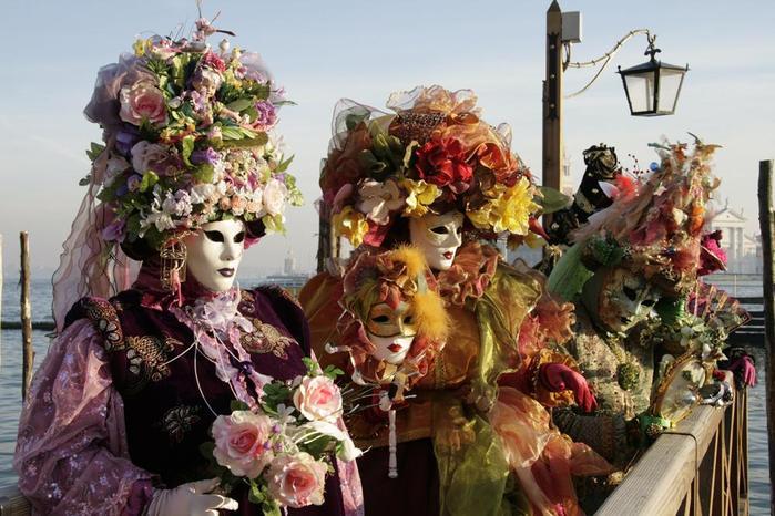 Каждый год более полумиллиона... венецианский карнавал.