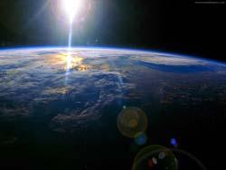 (250x188, 8Kb)<br /> <br /> В космосе на расстоянии около 424 световых лет в огромном поясе теплой пыли образуется планета, подобная нашей. Ученые получили ее фотографии с помощью космического Spitzer, телескопа НАСА.<br /> <br /> Как говорит ведущий исследователь Кэри Лисс из лаборатории прикладной физики университета Джона Хопкинса, в системе, известной как HD113766, частицы пыли собираются вместе, создавая камни, а эти камни, сталкиваясь, формируют еще более крупные тела, некоторые из них уже достигают размера нашей Луны. При возрасте в 10–16 миллионов лет солнечная система этой планеты находится еще в «подростковом состоянии», но это самый подходящий возраст для формирования.<br /> <br /> Огромное кольцо пыли, окружающее две звезды этой системы, напоминает середину «обитаемой зоны», где могла бы появиться вода. Такие виды пылевого пояса редко возникают вокруг звезд, подобных солнцу, а наличие внешнего пояса изо льда делает более вероятным наличие воды, а впоследствии и возникновение жизни.<br /> <br /> Пояс состоит из скалистых соединений, аналогичных тем, которые образуют земную кору, а сульфиды металлов очень похожи по составу на материал, обнаруженный в земном ядре. Впрочем, может пройти 100 миллионов лет прежде, чем планета будет полностью сформирована. Также потребуется около миллиарда лет до появления там первых признаков жизни, таких как водоросли. Эволюция сложных организмов, вероятно, займет еще 2 миллиардов лет, но лишь в том случае, если новая планета пойдет по пути развития Земли, считает исследователь. Об этом сообщает MIGnews.<br />