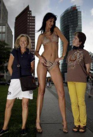 Модель Ивона. Её рост — 1 метр 96 сантиметров, длина ног — 1 метр 34 сантиметра