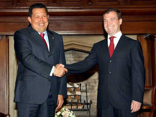 уго чавес и дмитрий медведев пожимают друг другу руки перед фотокамерой