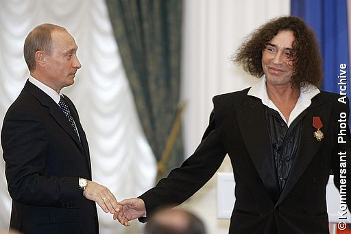Путин награждает Леонтьева