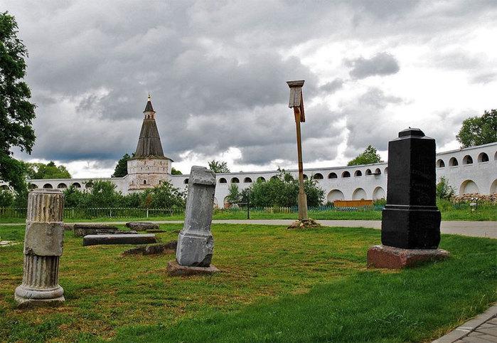 двор Иосифо-Волоколамского