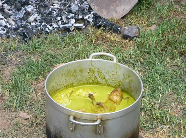 Перу. Куй плавает в соусе из белой глины.