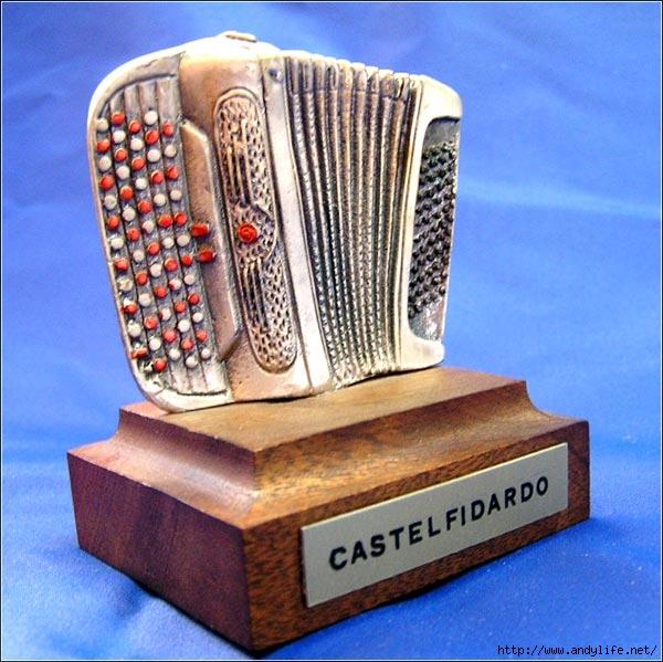 Бая́н - музыкальный инструмент, разновидность гармоники с полным хроматическим звукорядом на правой клавиатуре...