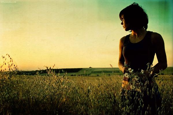 Девушка с короткой стрижкой с цветами