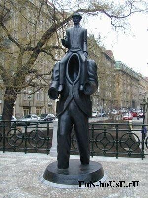 Прага, Чехия. Памятник Францу Кафке