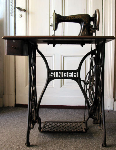 3880812_Singer_sewing_machine_table (400x516, 49Kb)