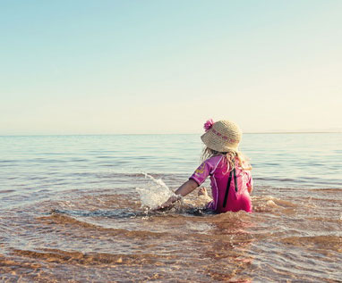 ребенок в море/4348076_rebenokvmore (382x317, 27Kb)