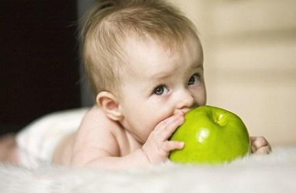 яблоко и малыш (432x281, 22Kb)