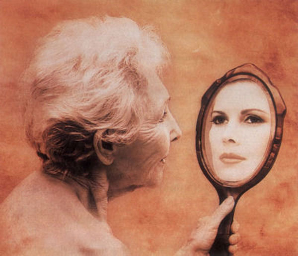 Женщина и зеркало (600x515, 163Kb)