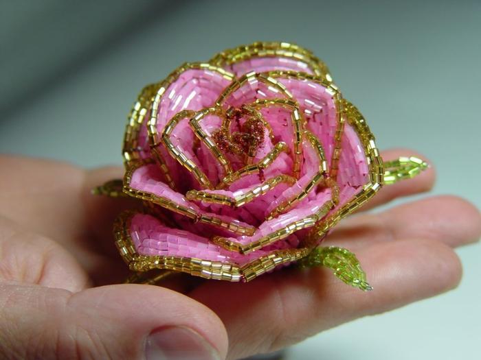Но мимо такой красоты не смогла пройти мимо.Самые красивые розы из бисера, которые я когда-либо видела...