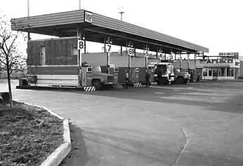 Компрессорная станция) осуществляет заправку автом. обилей и др.