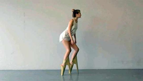 Голландский модельер представил туфли с каблуками спереди