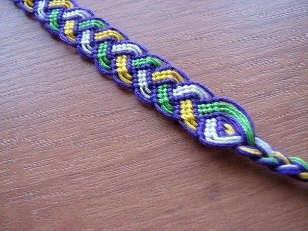 Красивый плетеный узор.