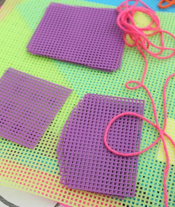 Декоративная салфетка из пластиковой канвы. Замечательно! (6) (592x700, 711Kb)