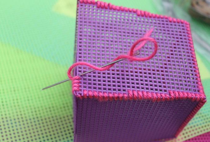 Декоративная салфетка из пластиковой канвы. Замечательно! (8) (678x460, 769Kb)