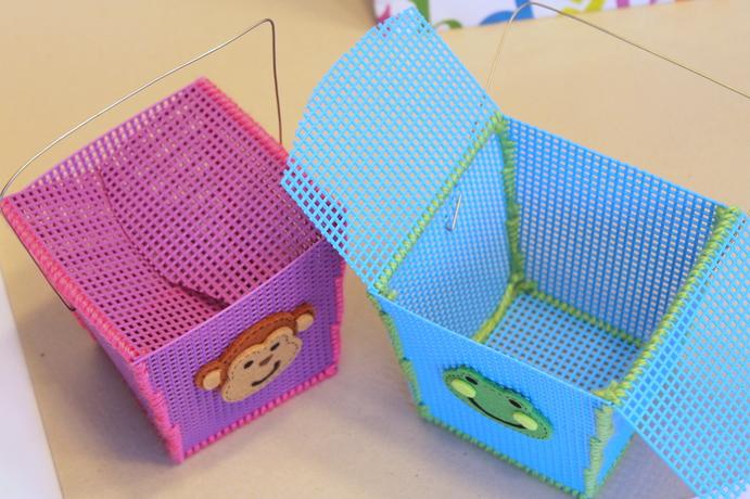 Декоративная салфетка из пластиковой канвы. Замечательно! (9) (691x460, 779Kb)