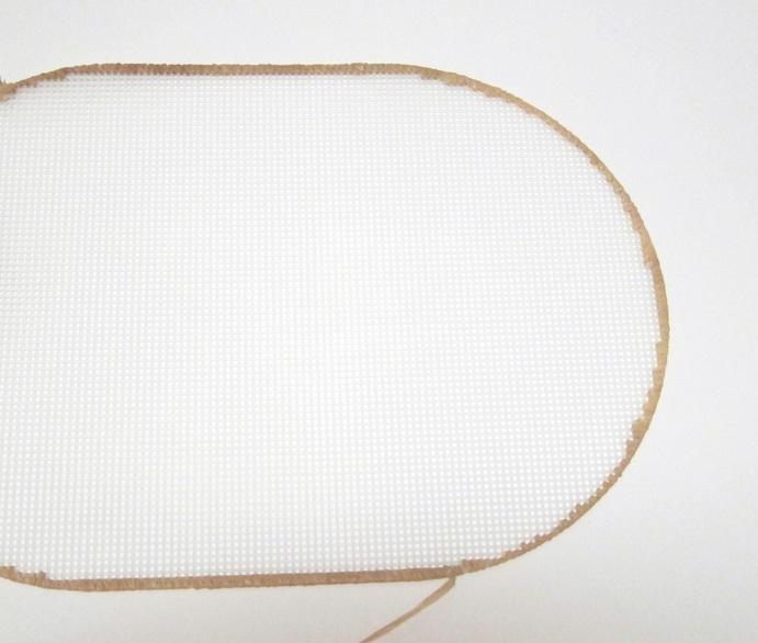 салфетка из пластиковой канвы с вышивкой бумажной рафией (4) (691x586, 164Kb)