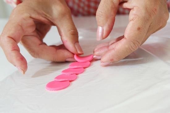 Розочки из мастики для украшения кексов. Очень легкий способ (4) (550x366, 77Kb)