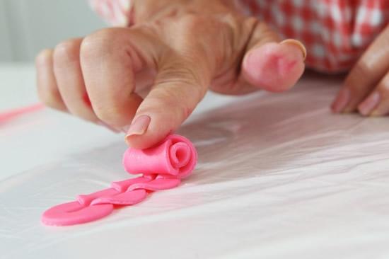 Розочки из мастики для украшения кексов. Очень легкий способ (6) (550x366, 71Kb)