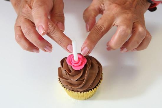 Розочки из мастики для украшения кексов. Очень легкий способ (10) (550x366, 79Kb)