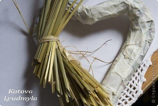 Как сделать стильный венок из соломы для украшения интерьера. Мастер-класс (4) (520x347, 105Kb)