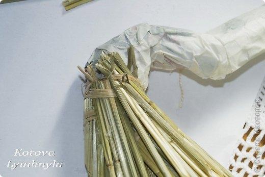 Как сделать стильный венок из соломы для украшения интерьера. Мастер-класс (7) (520x347, 85Kb)
