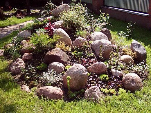 Альпийская горка в саду.  Существует несколько вариантов...  После оформления клумб приступают к завершению...