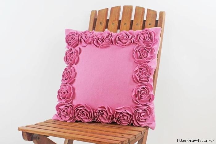 Hermosas almohadas con flores hechas de fieltro.  Ideas y master class (25) (700x467, 154Kb)