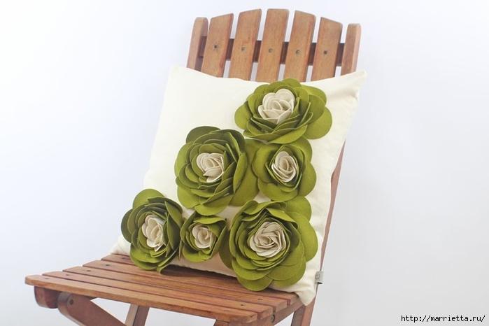 Hermosas almohadas con flores hechas de fieltro.  Ideas y master class (27) (700x466, 137Kb)
