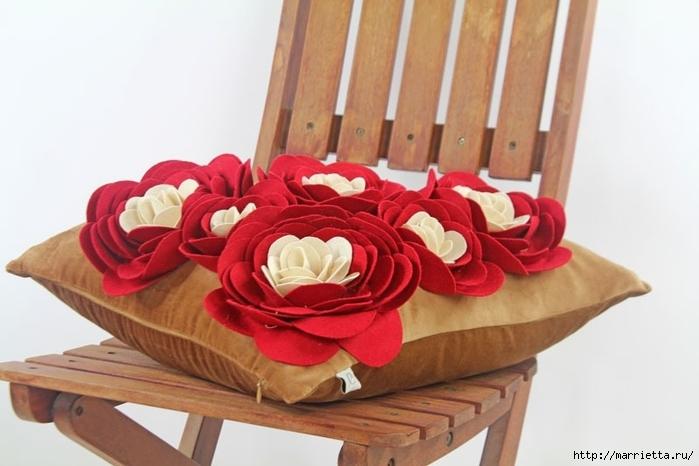 Hermosas almohadas con flores hechas de fieltro.  Ideas y master class (30) (700x466, 182Kb)