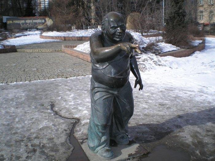 Памятник Евгению Леонову в образе Доцента. Москва. (700x525, 393Kb)