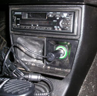 Auto PC Power Regulator Adaptor (блок питания от прикуривателя авто) вставлен в разъем прикуривателя.