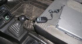Ноутбук подключен к электрической цепи автомобиля через Auto PC Power Regulator Adaptor и полностью готов к работе.