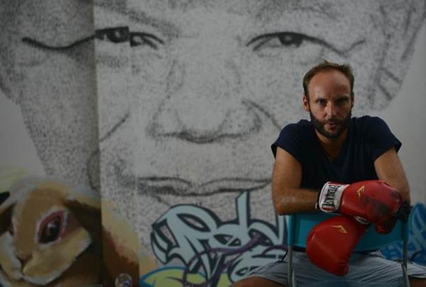 Искусство или насилие? Портрет Нельсона Манделы, созданный ударами кулаков