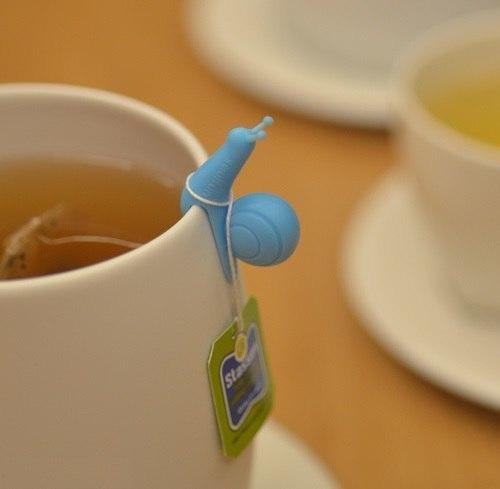 Улитка держит чайный пакетик